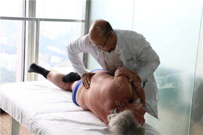 欧洲营养生理学会议主席菲德瑞•邦帕在瑞士领誉医疗交流筋膜整复