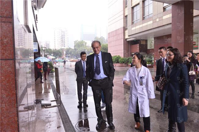 法国赫尔曼医院妇科、围绝经期与激素治疗专家大卫·埃利亚赴中山大学肿瘤防治中心交流